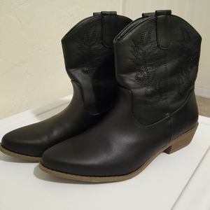Size 10 JustFab black vegan leather cowgirl boots